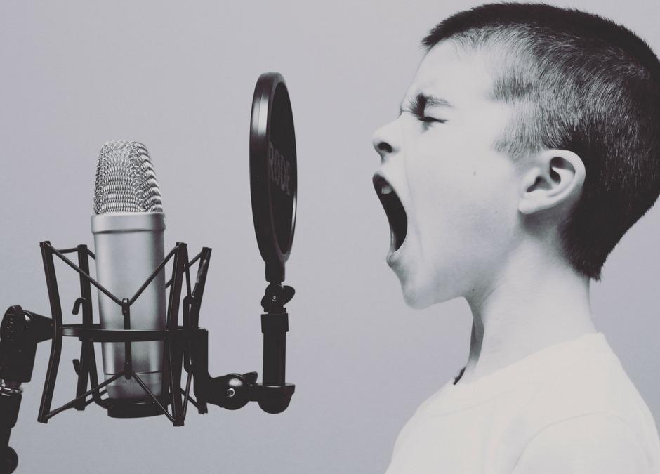 bambino che urla a un microfono